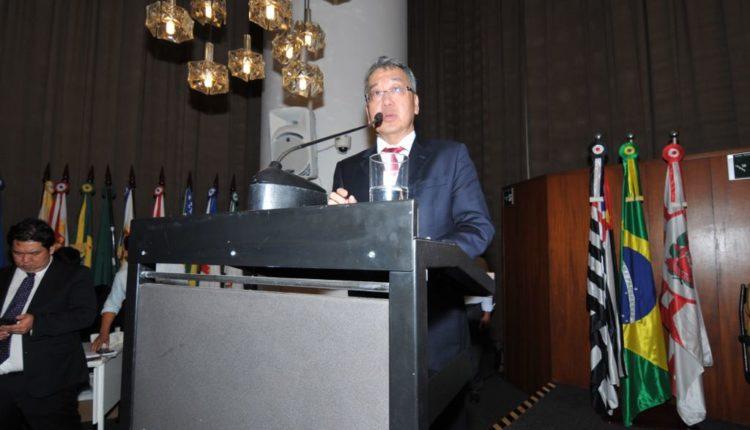 Desembargador Luiz Oyama discursou em nome dos homenageados (Fotos: Jiro Mochizuki e Aldo Shiguti)