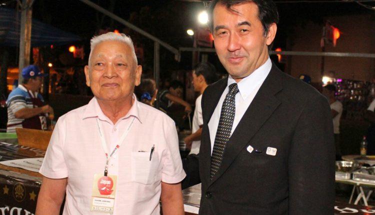 O presidente de honra, Yoshimi Shintaku, ao lado do cônsul (Divulgação)