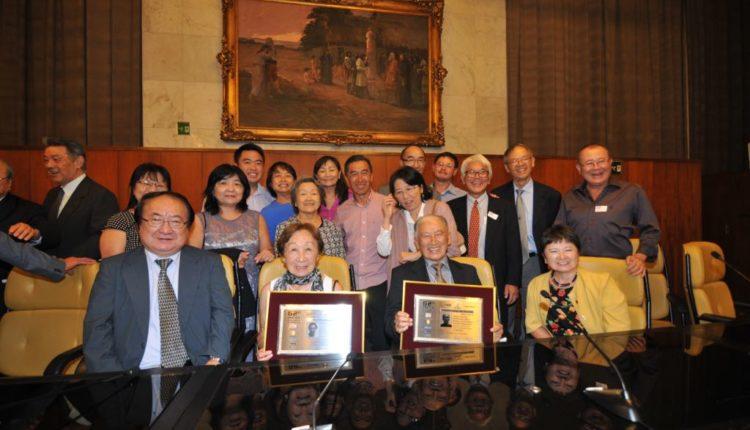 Antonio e Inês Shimizu com dirigentes e familiares (Fotos: Jiro Mochizuki e Aldo Shiguti)