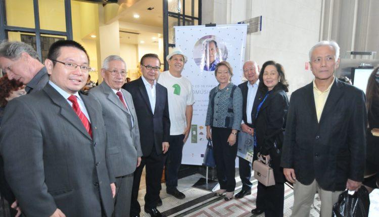 O pianista com Yokio Oshiro e representantes da comunidade (Jiro Mochizuki)