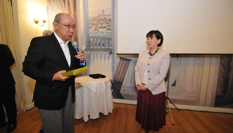 Ex-desembargador Jo Tatsumi entrega livro para Hitomi (Jiro Mochizuki)