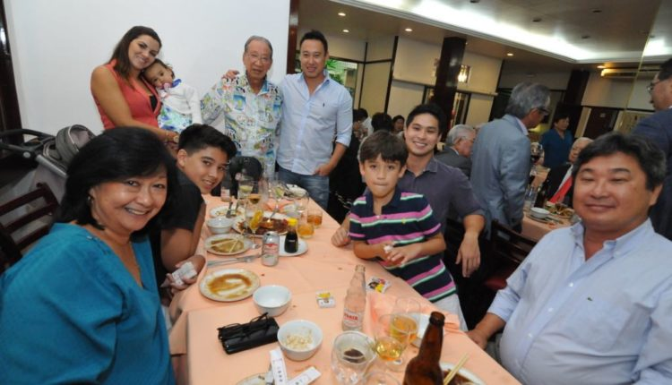 O anivsersariante com familiares e amigos (Jiro Mochizuki)