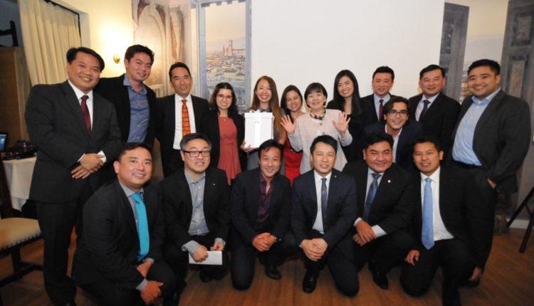 Hitomi Sekiguchi com bolsistas jovens da associação (Jiro Mochizuki)