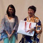 Katia Kishi entrega presente à cantora Elza Maruyama (Jiro Mochizuki)