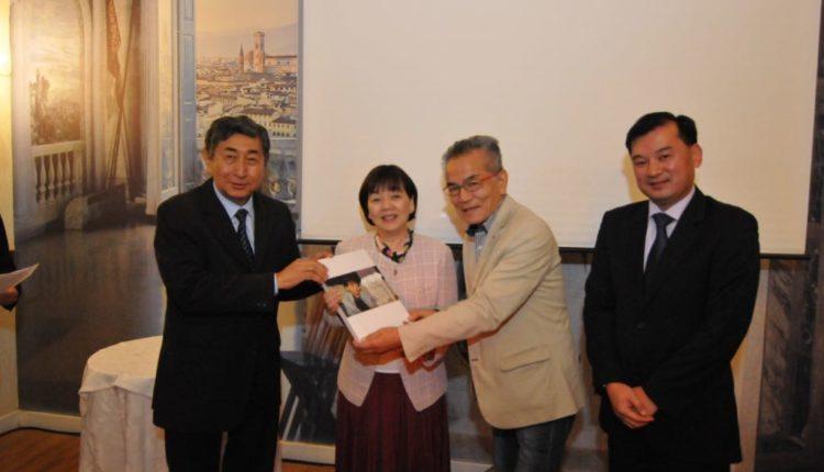 Hitomi recebe álbum de fotos de Jiro Mochizuki, que o elaborou, e do bolsista Tomio Katsuragawa (Jiro Mochizuki)