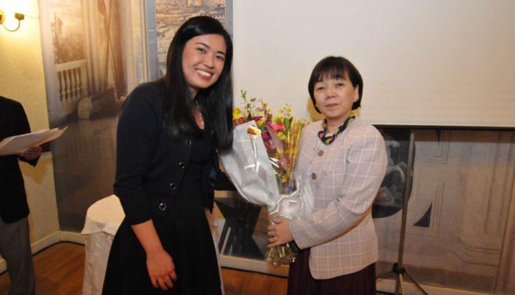 Recebendo flores da bolsista Esther Yoshinaga (Jiro Mochizuki)