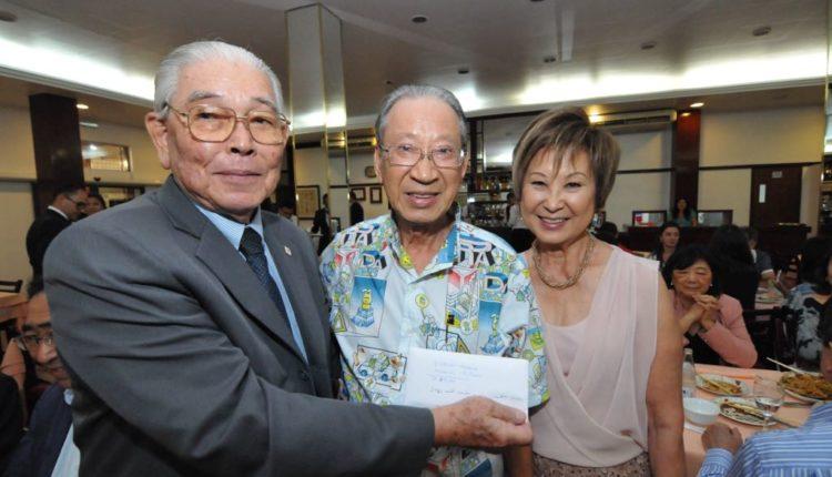 Harada entrega as contribuições para o vicepresidente do Ikoi-no-Sono, Remei Yoshioka (Jiro Mochizuki)