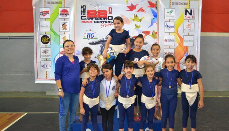Luciana com atletas da categoria Mirim C Feminino (Facebook/Luciana Watanabe)
