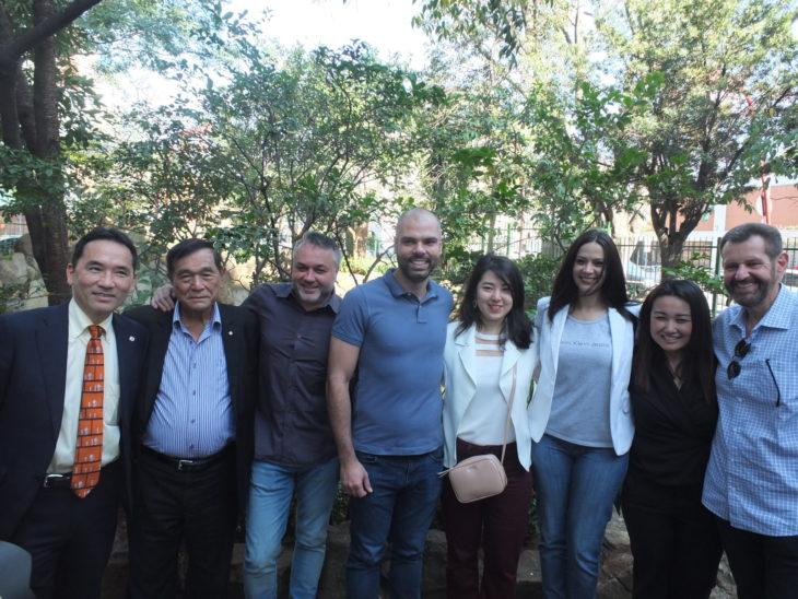 Prefeito Bruno Covas e prefeito Regional da Sé, Eduardo Odloak, com representantes da comunidade (Aldo Shiguti)
