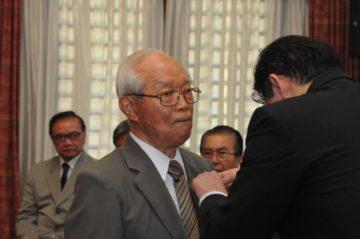 Masao Hayakawa condecoradso com a Ordem do Sol Nascente, Raios de Ouro e Prata (Jiro Mochizuki)