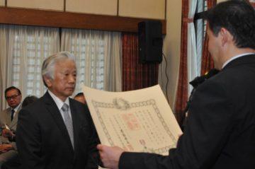 Osvaldo Yuji Nagawasa recebe certificado das mãos do cônsul (Jiro Mochizuki)