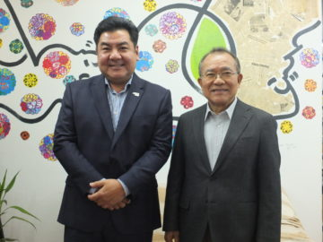 Tério (coordenador da cerimônia) e Eiki Shimabukuro (presidente)