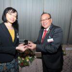 Jairo Uemura entrega pin para a cônsul Reiko Nakamura (Jiro Mochizuki)