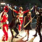 O cantor Diogo Miyahara com cosplayers (divulgação)