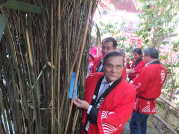 Ikesaki e o cônsul penduram seus tanzakus (Aldo Shiguti)