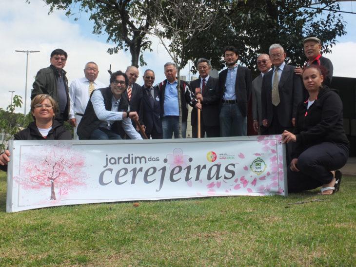 Dirigentes e convidados participam do plantio de cerejeiras (Aldo Shiguti)