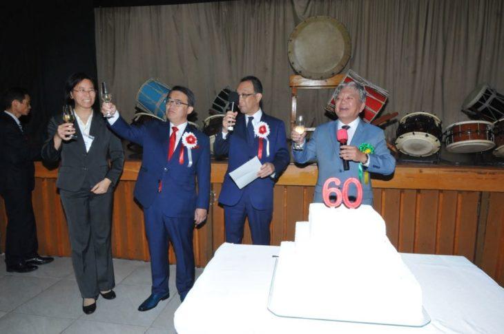 Governador e presidente da Assembleia de Aichi brindam com o presidente do Aichi, Isao Sawada (Jiro Mochizuki)