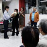 Luzia Denda entrega homenagem da Naguisa observada por Eelena Kanagae e Clineu Iida Keizo Uehara Clineu Iida e Raul Takaki (Jorge Mori)