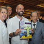 O prefeito recebe o livro das mãos de Kiyoshi Harada e Harumi Goya (Jiro Mochizuki)