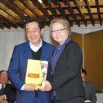 Aurélio Nomura recebe exemplar (Jiro Mochizuki)