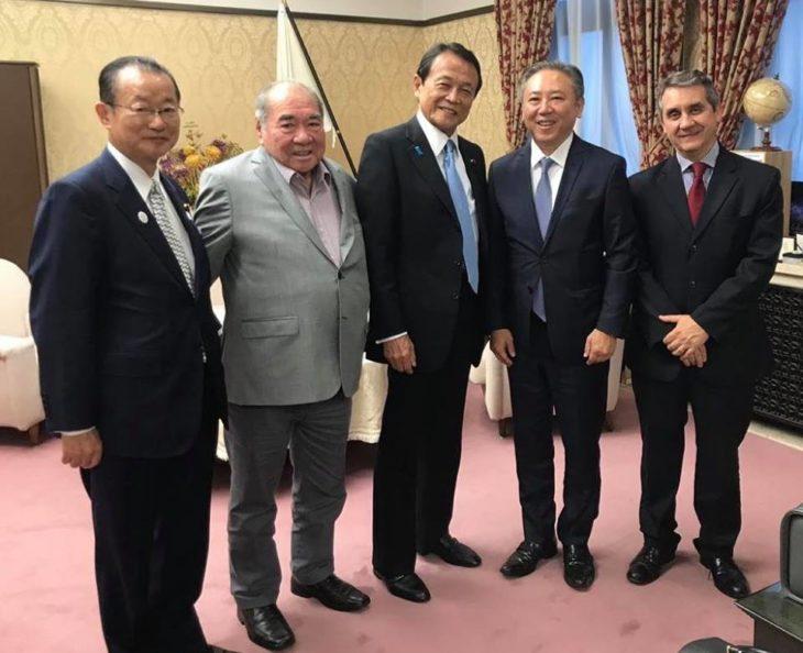 Walter Ihoshi e Tokio Isobata com Takeo Kawamura e o vice-ministro do Japão, Taro Aso (Arquivo pessoal)