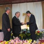 Toshiaki Yamamura e Silvio Furukawa recebem homenagem do vereador Aurélio Nomura entregue por Tomio Katsuragawa (Aldo Shiguti)