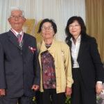 Osamu Yamashita recebeu honraria da Alesp numa iniciativa do deputado Pedro Kaká (na foto, coma esposa e a assessora Margarida) (Aldo Shiguti)