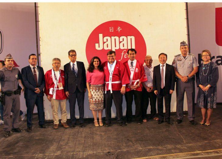 Japan Fest deste ano contou com presença de vice-prefeito de Izumisano (4º, a partir da esq.) e Ihoshi (Arquivo/Aldo Shiguti)