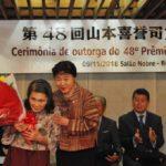 Madoka Hayashi entrega buquê de flores para dona Kyoko Amagai (Jiro Mochizuki)