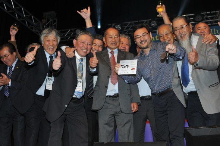 Dirigentes das 4 entidades assistenciais com Nelson Nakada e Alberto Aoki, ganhador do Fiat (Jiro Mochizuki)
