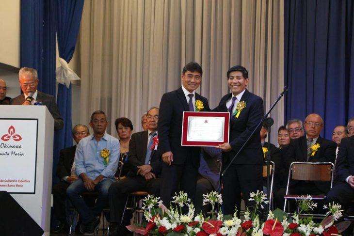 Hélio Nishimoto entrega placa comemorativa ao presidente Takara (Osmar Maeda)