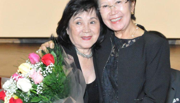Dona Luiza recebe buquê de Analia Kita (Jiro Mochizuki)