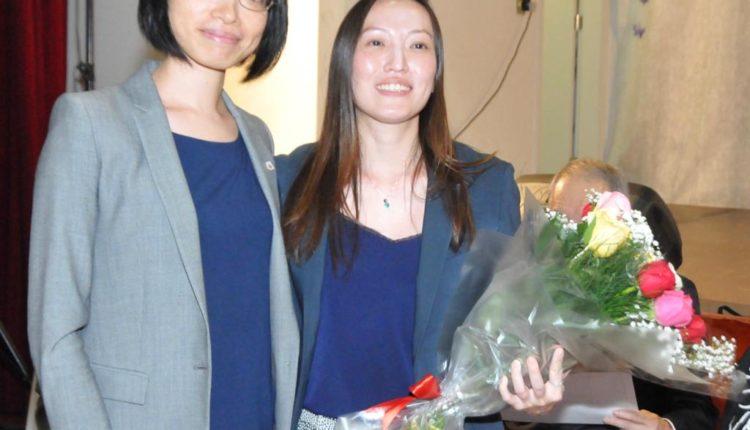 Reiko Nakamura entrega buquê a Daniela (Jiro Mochizuki)