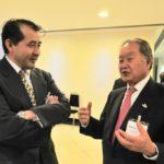 Renato Ishikawa conversa com o cônsul Yasushi Noguchi (Jiro Mochizuki)