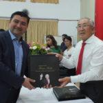 O prefeito de Suzano com seu exemplar autografado (Aldo Shiguti)