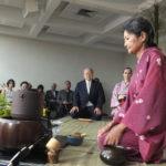 """""""Sempre deputado"""" Hatiro Shimomoto (ao fundo) participa do ritual (Aldo Shiguti e Jiro Mochizuki)"""