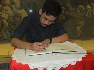 Kim assina o livro de presença do Museu Histórico da Imigração - Aldo Shiguti