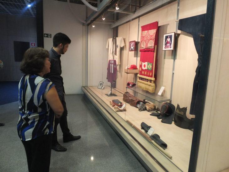 Kim observa atento objetos e utensilios do acervo do museu - Aldo Shiguti