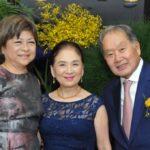O casal com a empresária Chieko Aoki (Jiro Mochizuki)