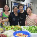 Os últimos preparativos da mesa Yoshiko, Sandra, Terezinha e Terezinha Hiratsuka (Jorge Mori)