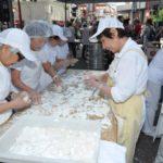 Voluntárias ajudam no preparo do moti - Jiro Mochizuki