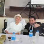 O cônsul com dona Kotomi Ito, de 106 anos (Aldo Shiguti)