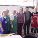 O prefeito de Suzano com a primeira dama do municipio e voluntarias - Facebook - Rodrigo Ashiuchi
