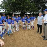 Embaixador Akira Yamada com as meninas do Softbol do clube (Jiro Mochizuki)