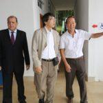 Akira Yamada com Valter Sassaki e o prefeito de Arujá