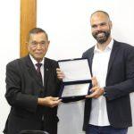 Ikesaki entrega placa ao prefeito Bruno Covas (Jiro Mochizuki)
