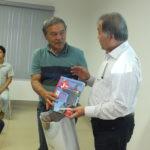 Prefeito de São Gotardo, Seiji Sekita recebe exemplar do livro da princesa de Renato Ishikawa (Aldo Shiguti)