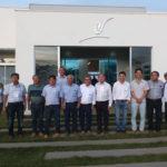 Renato Ishikawa e dirigentes do Bunkyo Rural com representantes de associações de São Gotardo em frente a sede do Grupo Leópolis (Aldo Shiguti)