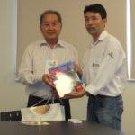 Renato Ishikawa entrega livro editado pelo Nikkey ShimbunNippak a Hugo Shimada (Aldo Shiguti)