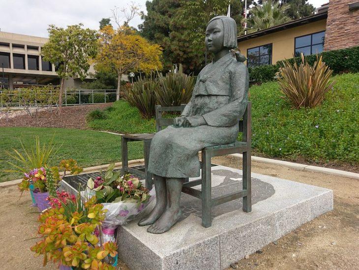 """Estátua de """"mulher de conforto"""" em Glendale, estado da Califórnia (Ka-cw2018, From Wikimedia Commons)"""